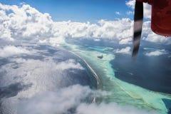 Flyg- sikt för sjöflygplan av den härliga tropiska Maldive ön och se Royaltyfri Fotografi