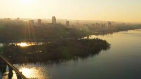 Flyg- sikt för solnedgång av stadshorisont, Dnepr, Ukraina arkivfilmer