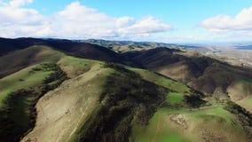 Flyg- sikt för storartat landskap av sned bollgräsplanfält och kullar stock video