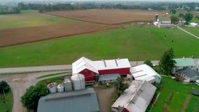 Flyg- sikt för surr av Amish lantgårdländer och det Amish söndag mötet arkivfilmer