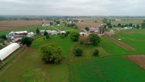 Flyg- sikt för surr av Amish lantgårdländer och det Amish söndag mötet stock video