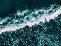 Flyg- sikt för surr av havvågor blått vatten för bakgrund royaltyfria bilder