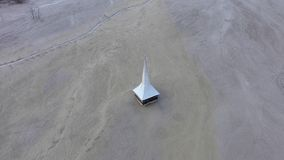 flyg- sikt för surr 4k av den översvämmade och övergav kyrkan i mitt av en sjö som förorenas med cyanid lager videofilmer