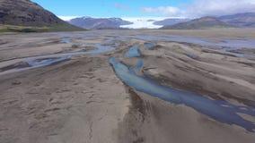 Flyg- sikt för surr 4k av flodbädden, is- flodsystem som transporterar insättningar från den Vatnajokull glaciären, Island stock video