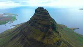 Flyg- sikt för surr 4k av Kirkjufell berg, ett av Island mest iconic berg på den Snaefellsnes halvön arkivfilmer