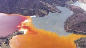 flyg- sikt för surr 4k av kontaminerat vatten med cyanid som blandar in i den konstgjorda sjön lager videofilmer