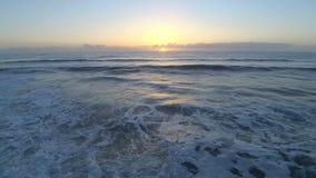 flyg- sikt för surr 4k på morgonsoluppgång över Florida Atlantic Ocean seascape av lugna vita vågor på den satellit- bränningstra arkivfilmer