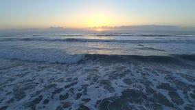 flyg- sikt för surr 4k på morgonsoluppgång över satellit- bränningstrandFlorida Atlantic Ocean seascape av lugna vita vågor arkivfilmer