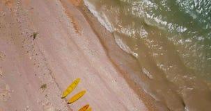 Flyg- sikt för surr ovanför campa plats på sjökust