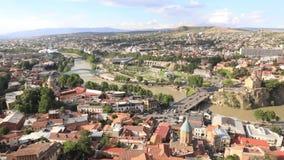 Flyg- sikt för Tbilisi centrum från den Narikala fästningen, Georgia lager videofilmer