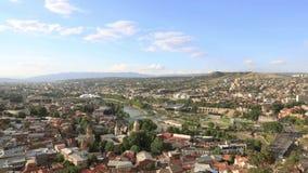 Flyg- sikt för Tbilisi centrum från den Narikala fästningen, Georgia stock video