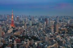 Flyg- sikt för Tokyo stad med det Tokyo tornet efter solnedgång Royaltyfria Foton