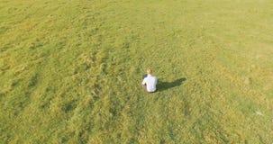 Flyg- sikt för UHD 4K Lågt orbitalflyg över affärsmansammanträde på grönt gräs med anteckningsbokblocket på fältet arkivfilmer