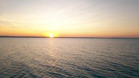 flyg- sikt Fluga över havet i solnedgångtid Himmel, moln och vatten lager videofilmer