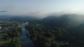 flyg- sikt Flyga över de höga bergen i härliga moln Skott för flyg- kamera air oklarheter arkivfilmer