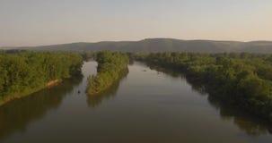 flyg- sikt Flyga över den härliga floden nära liten stad Skott för flyg- kamera Landskappanorama 4K lager videofilmer
