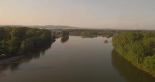 flyg- sikt Flyga över den härliga floden nära liten stad Skott för flyg- kamera Landskappanorama 4K arkivfilmer