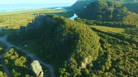 flyg- sikt Flyga över en härlig skog på vagga Soluppgång på havet stock video