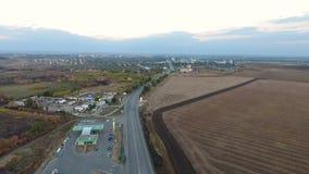 flyg- sikt Flyga över vägen, fältet och de härliga höstträden Landskappanorama Skott för flyg- kamera lager videofilmer