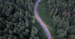 flyg- sikt Flyga över vägen Spåring av bilen arkivfilmer
