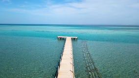 flyg- sikt Flytta sig framåtriktat på pir Strandpromenad i havet lager videofilmer