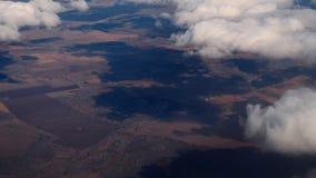 Flyg- sikt från det nedgående flygplanet arkivfilmer