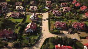 Flyg- sikt från detflyg flygplanet av bostads- gods i förmögen grannskap på en kulle stock video