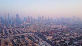 Flyg- sikt från Dubai Den futuristiska flyg- sikten av bostads- skyskrapor i den Dubai marina går Dubai antennhorisont arkivfilmer