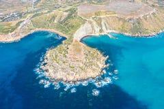 Flyg- sikt från en stor höjd av de coastlinescenic sliffsna nära det medelhavs- turkosvattenhavet Gnejna och Ghajn royaltyfri foto