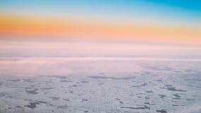 Flyg- sikt från flyg för hög höjd av flygplan på snö-covere Arkivfoto