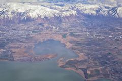 Flyg- sikt fr?n flygplanet av Wasatchen Front Rocky Mountain Range med korkade maxima f?r sn? i vinter inklusive stads- st?der av arkivbilder