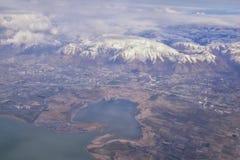 Flyg- sikt fr?n flygplanet av Wasatchen Front Rocky Mountain Range med korkade maxima f?r sn? i vinter inklusive stads- st?der av arkivfoto