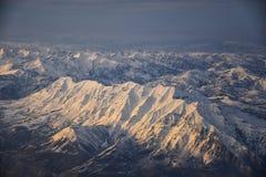 Flyg- sikt fr?n flygplanet av Wasatchen Front Rocky Mountain Range med korkade maxima f?r sn? i vinter inklusive stads- st?der av royaltyfri fotografi
