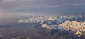 Flyg- sikt fr?n flygplanet av Wasatchen Front Rocky Mountain Range med korkade maxima f?r sn? i vinter inklusive stads- st?der av fotografering för bildbyråer
