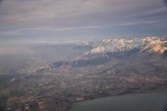Flyg- sikt fr?n flygplanet av Wasatchen Front Rocky Mountain Range med korkade maxima f?r sn? i vinter inklusive stads- st?der av royaltyfria foton