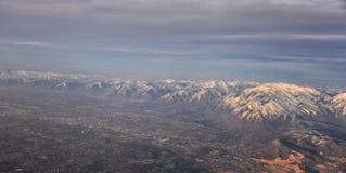 Flyg- sikt fr?n flygplanet av Wasatchen Front Rocky Mountain Range med korkade maxima f?r sn? i vinter inklusive stads- st?der av arkivbild