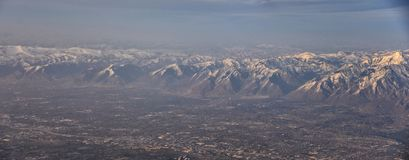 Flyg- sikt fr?n flygplanet av Wasatchen Front Rocky Mountain Range med korkade maxima f?r sn? i vinter inklusive stads- st?der av royaltyfria bilder