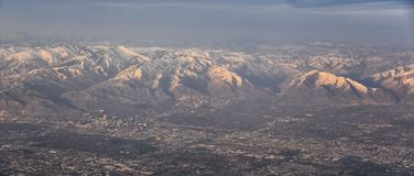 Flyg- sikt fr?n flygplanet av Wasatchen Front Rocky Mountain Range med korkade maxima f?r sn? i vinter inklusive stads- st?der av royaltyfri bild
