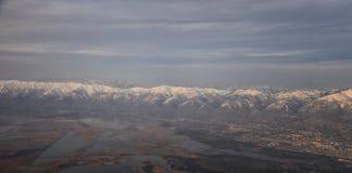 Flyg- sikt fr?n flygplanet av Wasatchen Front Rocky Mountain Range med korkade maxima f?r sn? i vinter inklusive stads- st?der av arkivfoton