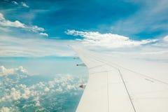 Flyg- sikt från flygplanfönster royaltyfri bild