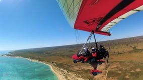 Flyg- sikt från hängningglidflygplanet över havet och land stock video