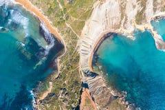 Flyg- sikt från höjd av näset av de coastlinescenic sliffsna för halvö nära det medelhavs- turkosvattenhavet Gnejna royaltyfria foton