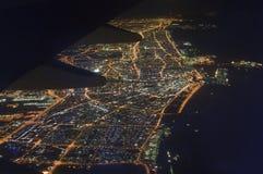 Flyg- sikt från jatnivån till den Dubai staden på natten Royaltyfri Foto