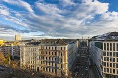 Flyg- sikt från Kolingassen till den berömda Sten Stephens Cathedral av Wien arkivbild