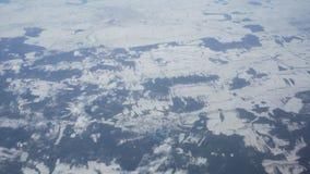 Flyg- sikt från nivån på snöig vinterfält och moln stock video