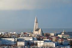Flyg- sikt från Perlan till den Hallgrimskirkja kyrkan och det Reykjavik centret, Island Arkivbilder