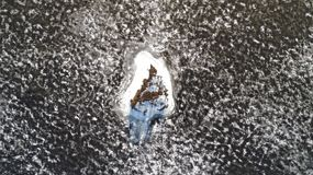 Flyg- sikt från surret av en liten ö i den smältande issjön royaltyfria bilder