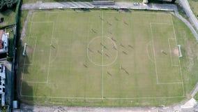 Flyg- sikt från surret av fotbollfotbollfältet Två lag som spelar en match och har en konkurrens lager videofilmer