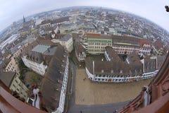 Flyg- sikt för bred vinkel till Baselstaden från det Munster tornet på en regnig dag i Baseln, Schweiz Arkivbilder