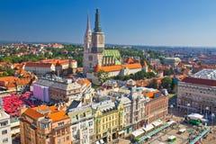 Flyg- sikt för Zagreb för huvudsaklig fyrkant och domkyrka Arkivfoto